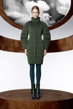 la_collection_moncler_m_par_mary_katrantzou__disponible____partir_du_mois_d_ao__t_dans_les_boutique_moncler____travers_le_monde_296911666_north_545x.1